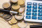 una calculadora y unas monedas