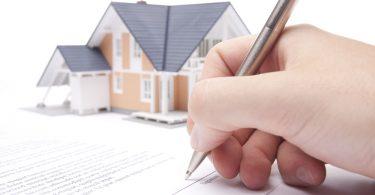 persona firmando la hipoteca de su casa
